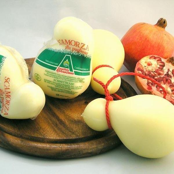 Queso-gourmet-de-italia-Scarmorza-elaborado-con-leche-en-forma-de-pera-El-Portal-del-Chacinado