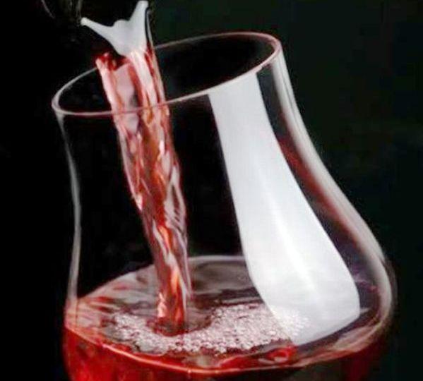 El-vino-es-el-mejor-acompañante-de-una-buena-comida-El-Portal-del-Chacinado