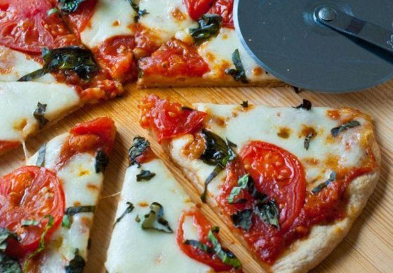 Receta-de-pizza-cuatro-quesos-Fontina-Mozzarella-Feta-Parmesano-El-Portal-del-Chacinado