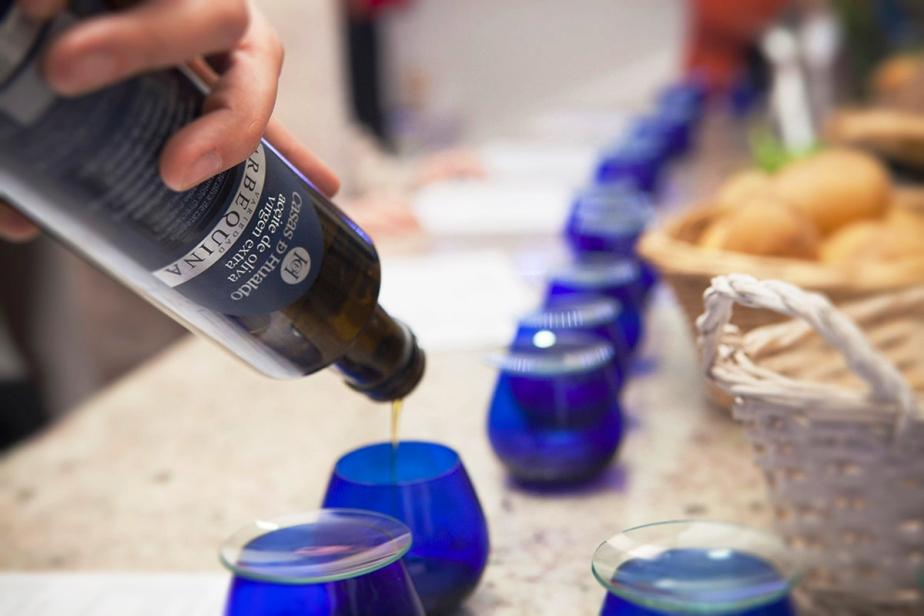 cata-aceite-de-oliva-vasos-azules-El-Portal-del-Chacinado