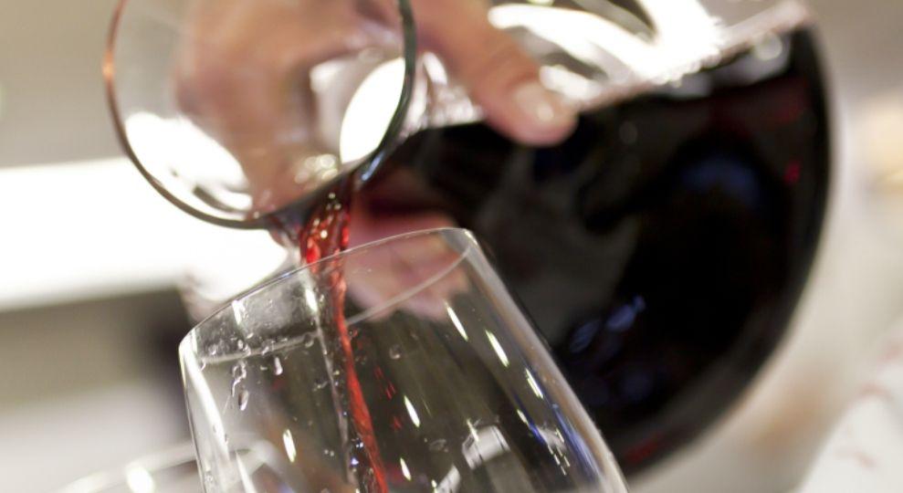 como-decantar-un-vino-El-Portal-del-Chacinado